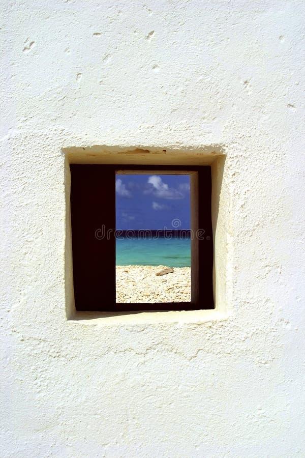 Ventana y océano, Bonaire de la choza imagenes de archivo