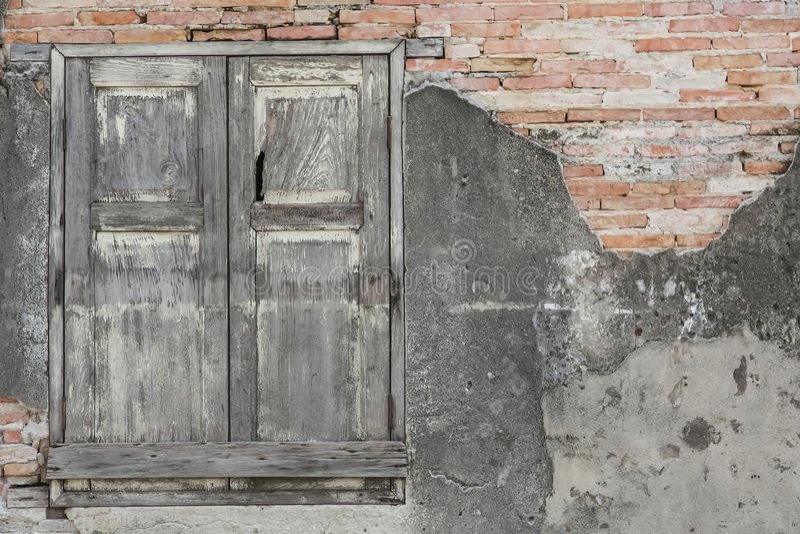 Ventana y pared de ladrillo de madera imágenes de archivo libres de regalías