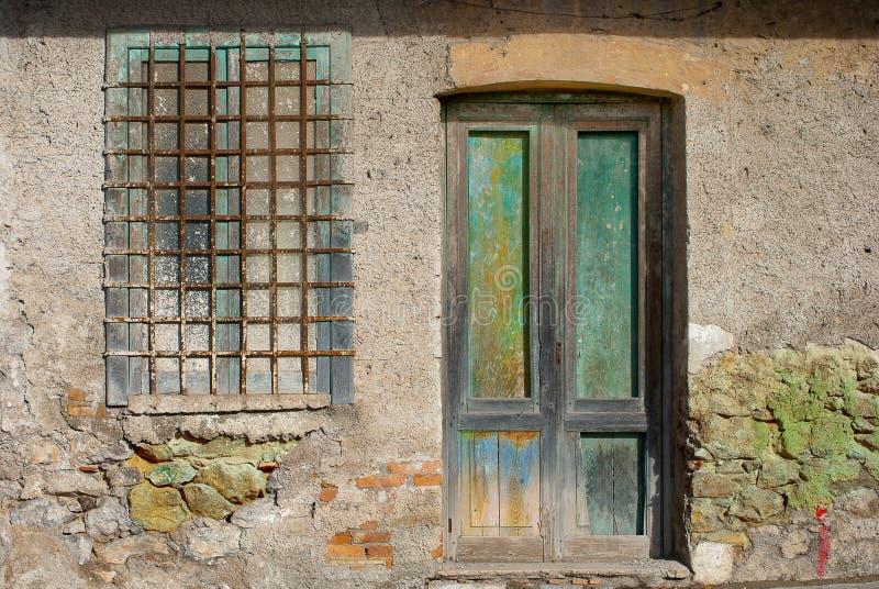 Ventana y puerta foto de archivo