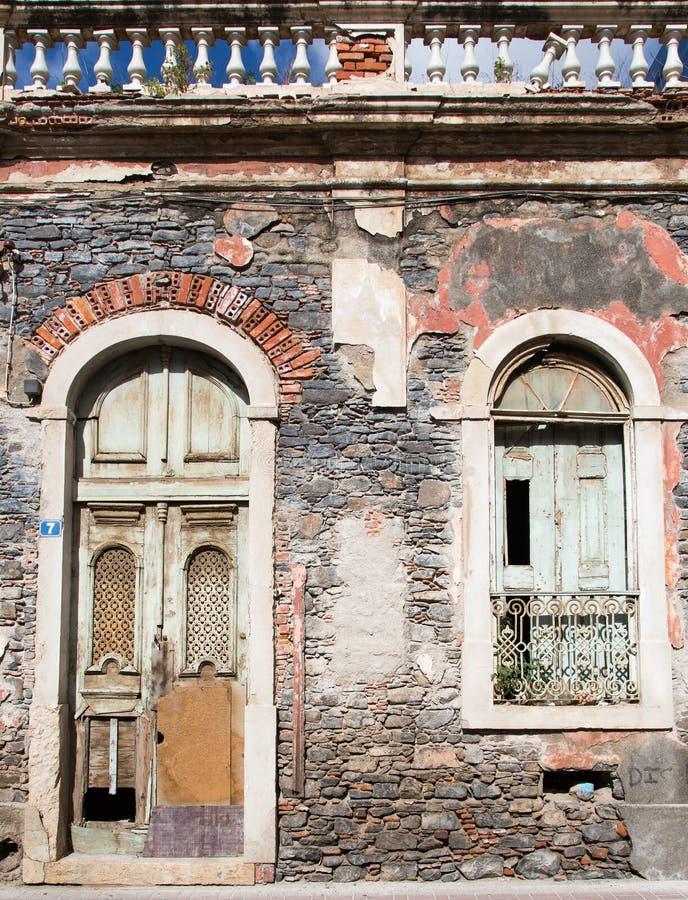 Ventana y puerta de la casa abandonada vieja fotos de archivo libres de regalías
