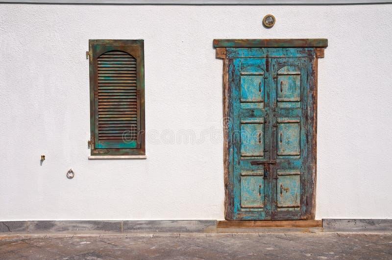 Ventana y puerta viejas imagenes de archivo