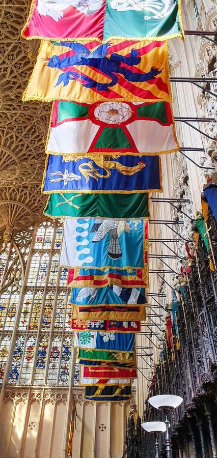Ventanales y banderas de la abadía Westminster imagenes de archivo