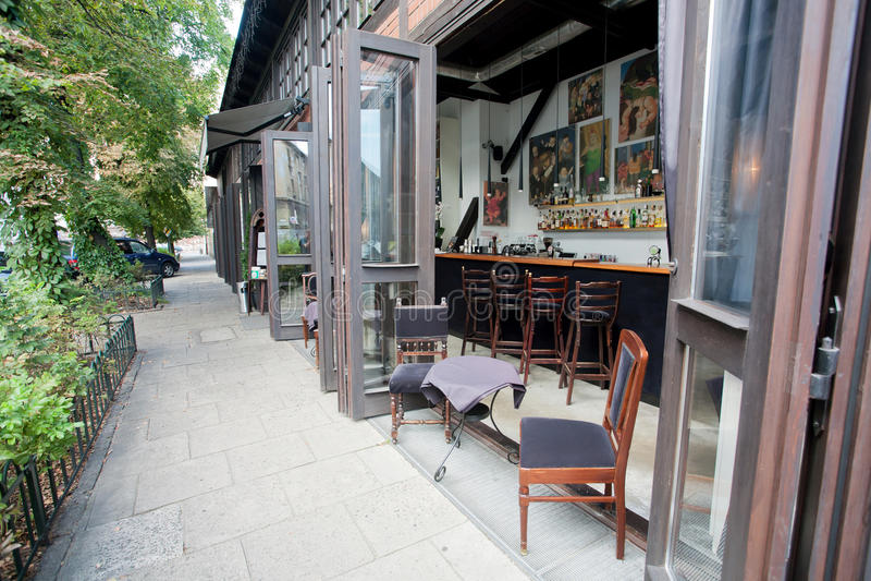 Ventanas abiertas de la barra moderna en restaurante de lujo imagen de archivo