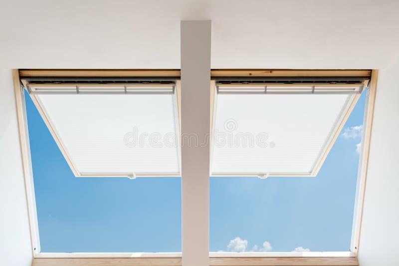 download ventanas abiertas modernas de una buhardilla de los tragaluces en un cuarto del tico contra - Buhardillas Modernas