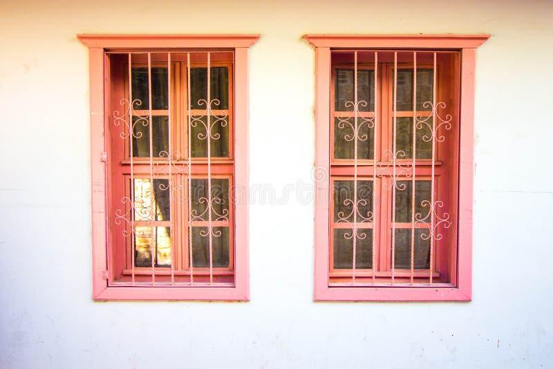 Ventanas antiguas en una tonalidad rosada fotos de archivo libres de regalías