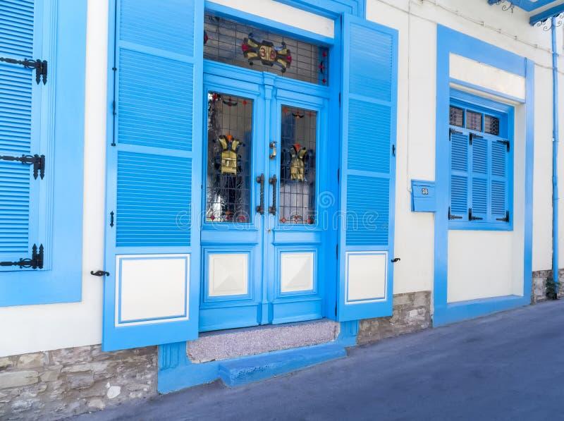 Ventanas azules de la casa de Lefkara fotos de archivo libres de regalías