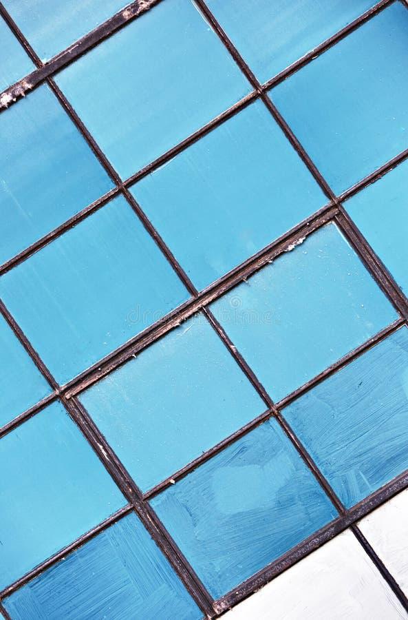 Ventanas azules de la vendimia en molino viejo fotos de archivo
