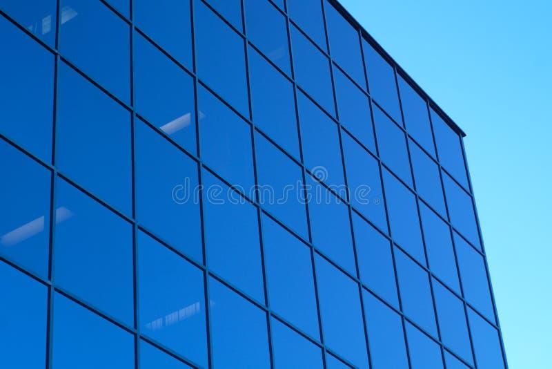 Ventanas azules y cielo del espejo de cristal de la torre de la oficina del rascacielos fotos de archivo libres de regalías