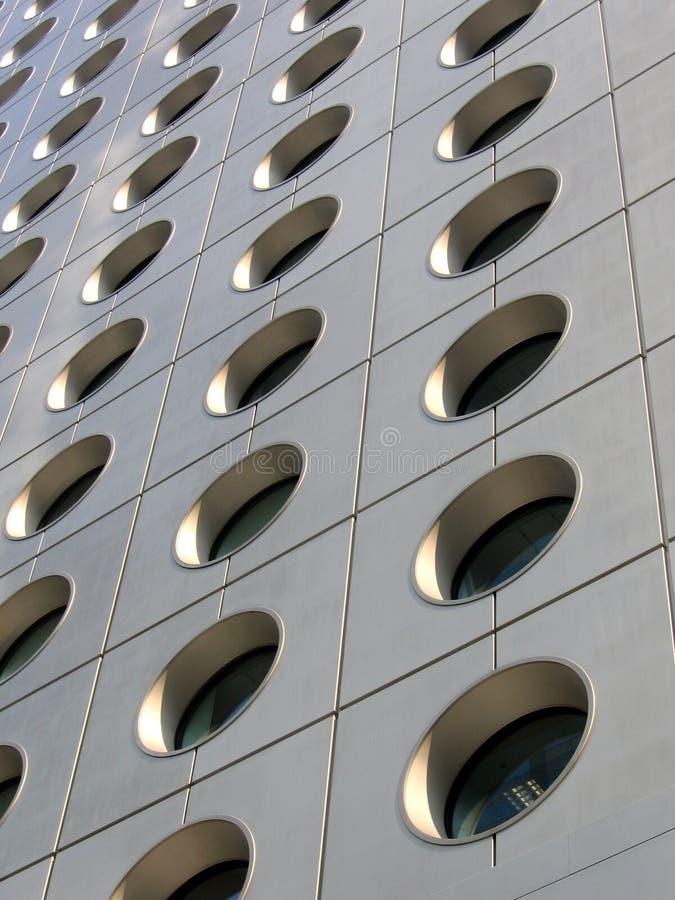 Ventanas circulares de un edificio de oficinas foto de archivo