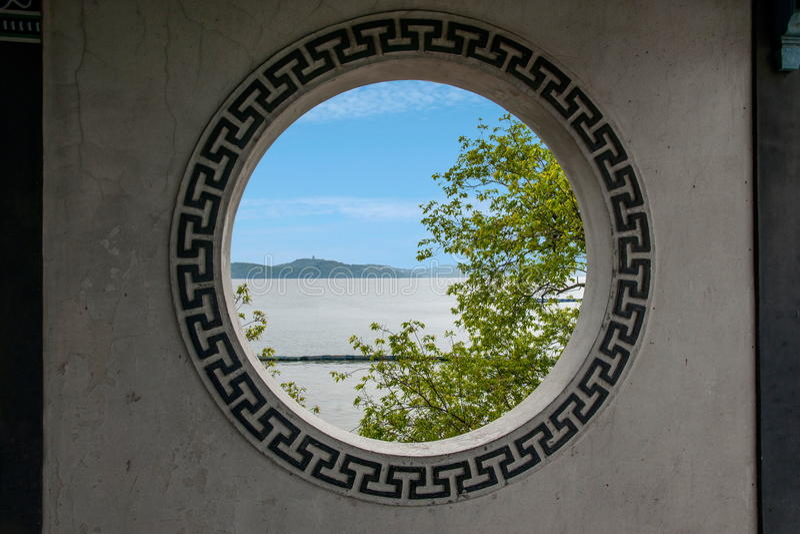 Ventanas de hadas de la pared de la galería del puente de la isla de hadas del lago Yuantouzhu Taihu del lago wuxi Taihu foto de archivo