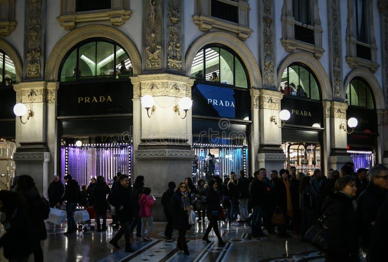 Ventanas de la tienda de la tienda de lujo del boutique de PRADA en la galería de Vittorio Emanuele II del Galleria en la noche imagenes de archivo