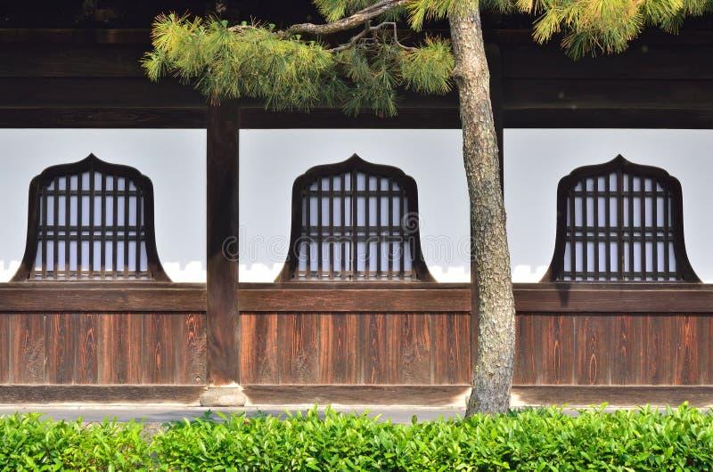 Ventanas de madera del templo de Kenninji, Kyoto Japón fotografía de archivo libre de regalías
