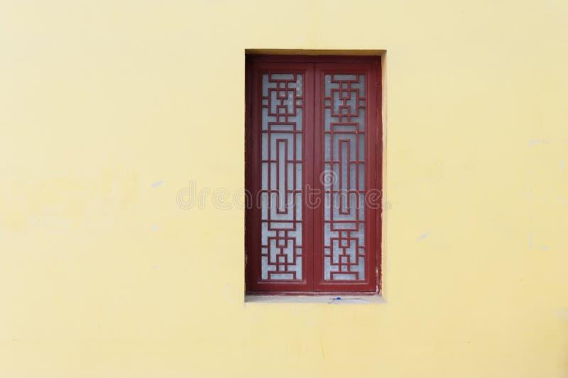 Ventanas de madera talladas imagenes de archivo