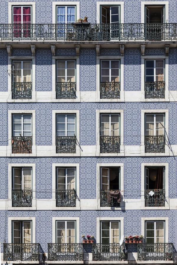Ventanas de tejas viejas del edificio Lisboa imagen de archivo