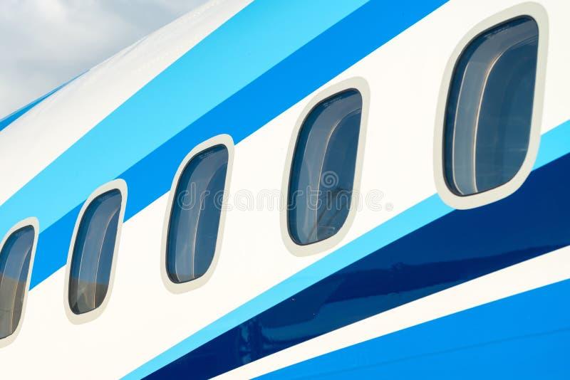 Ventanas del aeroplano en aviones de pasajero imágenes de archivo libres de regalías