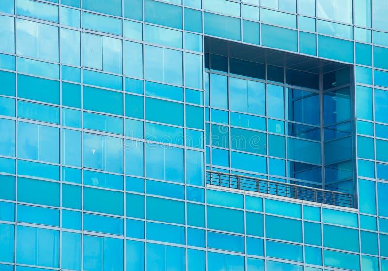 ventanas del edificio de oficinas moderno imágenes de archivo libres de regalías