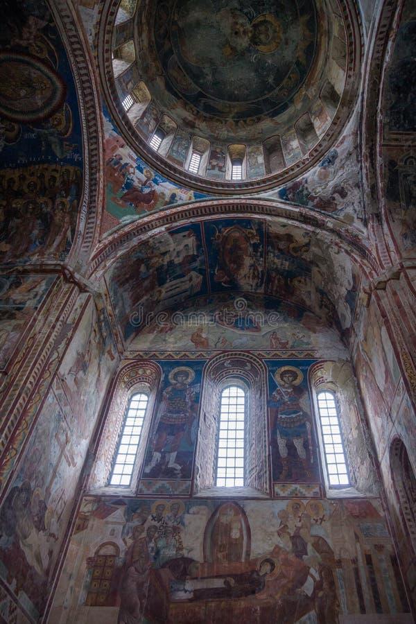 Ventanas del monasterio de Gelati y pinturas de pared imagenes de archivo