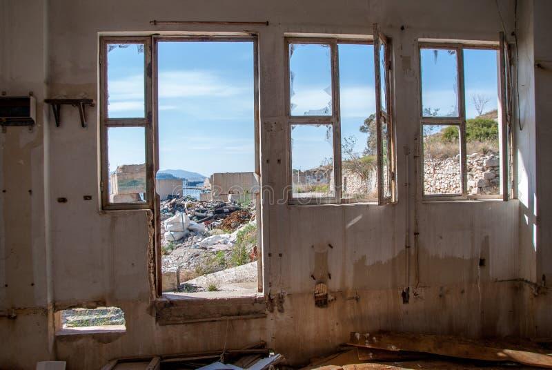 Ventanas edificio-quebradas abandonadas de la fábrica imagenes de archivo