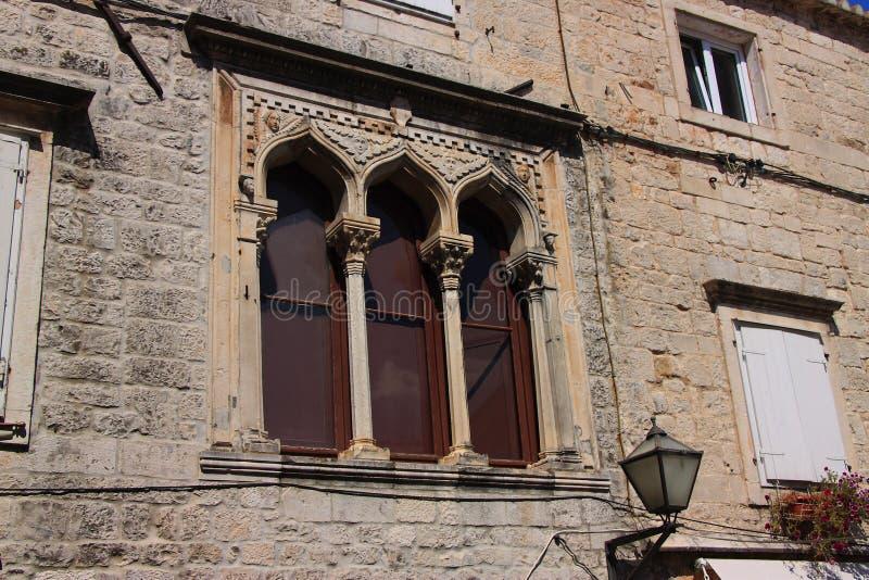 Ventanas góticas del palacio del siglo XV de Stafileo en Trogir Croacia foto de archivo libre de regalías