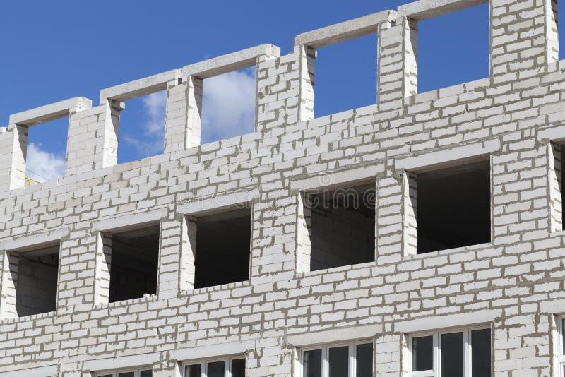 Ventanas inacabadas de la construcción de edificios de ladrillo imagen de archivo