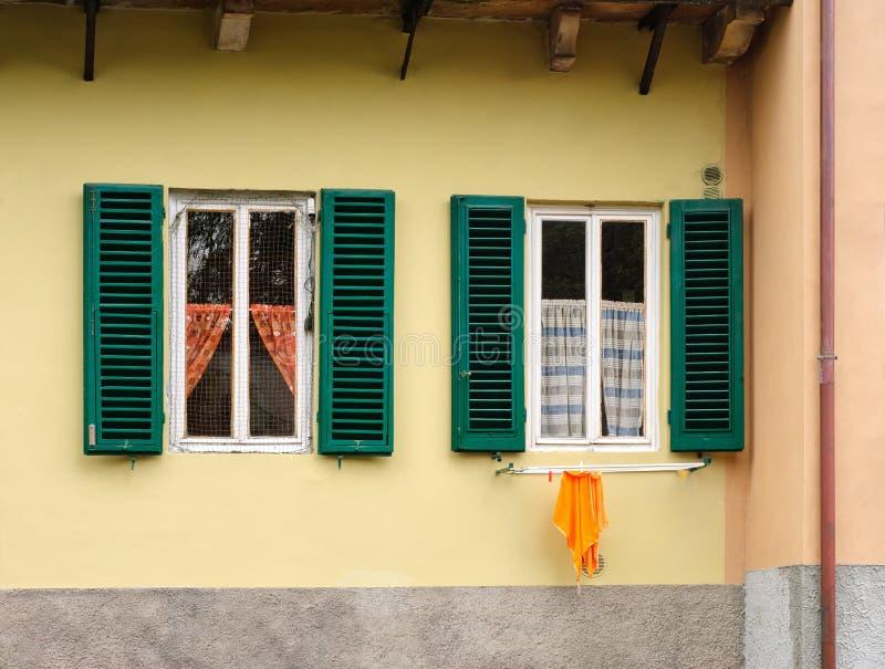 Ventanas italianas tradicionales imagen de archivo