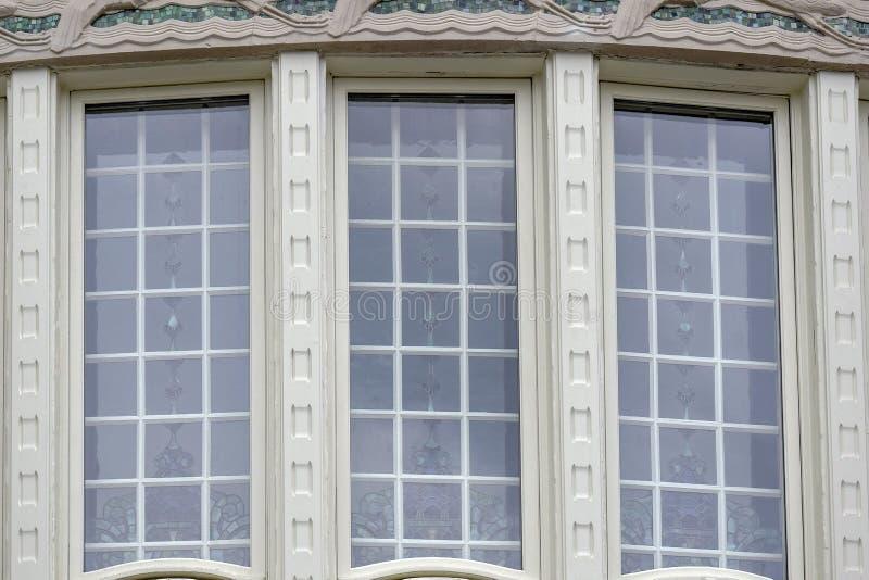 Ventanas majestuosas grandes con los vitrales de la fachada del edificio del palacio del belvedere, Viena, Austria fotografía de archivo libre de regalías