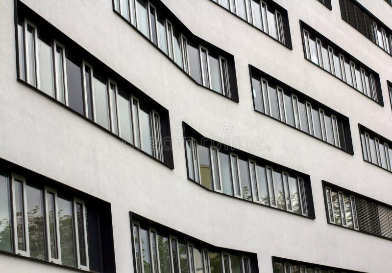 Ventanas modernas en fila en un edificio curvado Textura de la urbanización arquitectónica Fotografía de la calle en el estilo de fotografía de archivo
