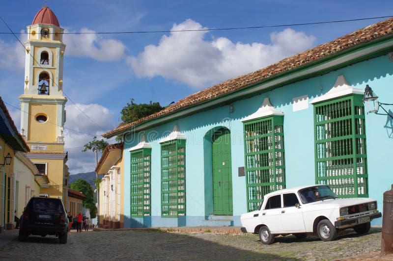 Ventanas ornamentales del trabajo del hierro de casas coloniales fotografía de archivo
