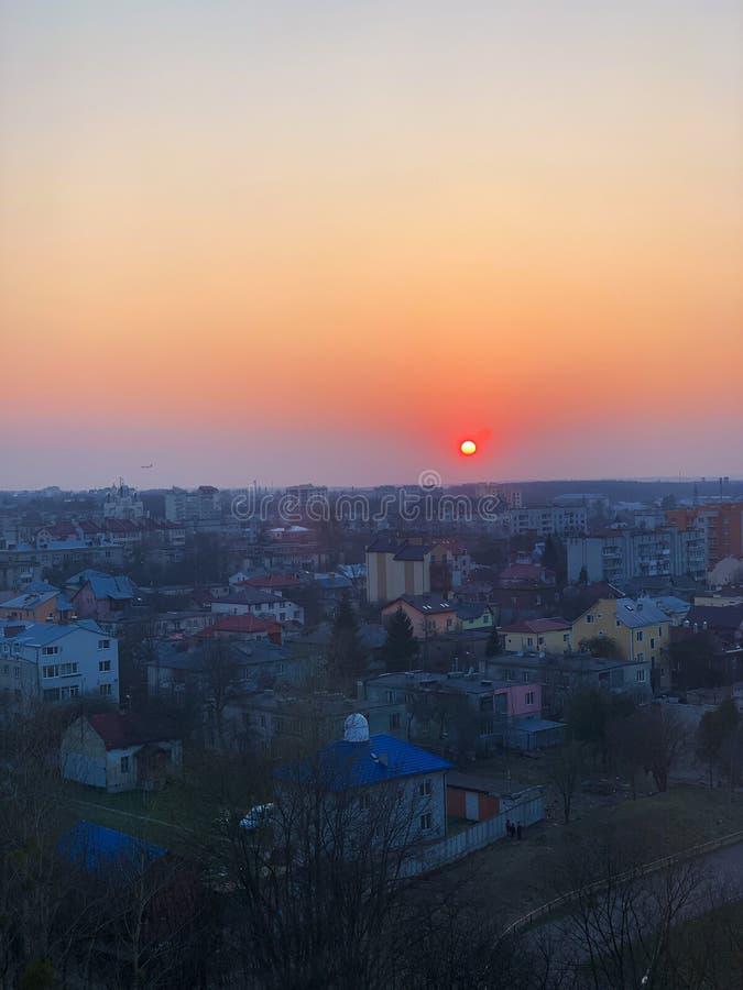 Ventanas panorámicas que pasan por alto puesta del sol de oro hermosa Visi?n desde la ventana casera fotos de archivo
