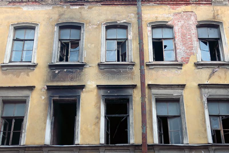 Ventanas quebradas en casa después de un fuego imagen de archivo