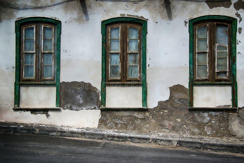 Ventanas resistidas viejo español foto de archivo libre de regalías