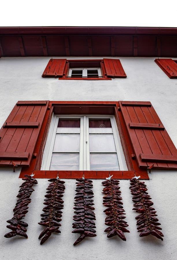 Ventanas rojas y pimientas de chile candentes - Espelette imágenes de archivo libres de regalías