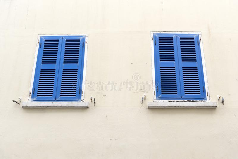 Ventanas Shuttered Main Street Gibraltar fotos de archivo