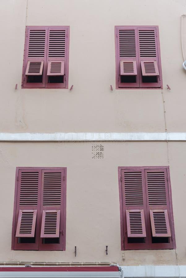 Ventanas Shuttered Main Street Gibraltar imagen de archivo