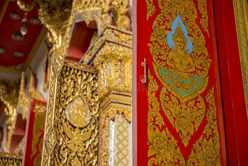 Ventanas tailandesas del arte en templo fotos de archivo