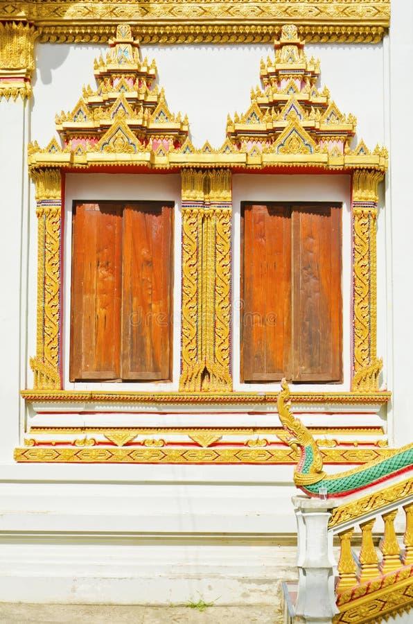 Ventanas tailandesas del estilo del templo en Khon Kaen Tailandia imagen de archivo