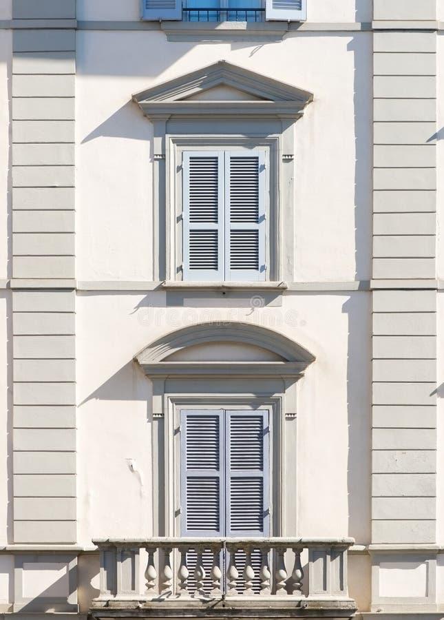Ventanas tradicionales con los obturadores de Italia y del balcón fotografía de archivo