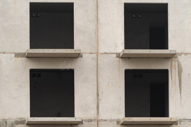 Ventanas vacías en el edificio que es construido fotografía de archivo libre de regalías