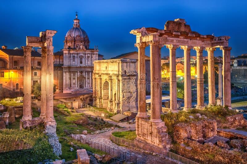 Ventanas viejas hermosas en Roma (Italia) imagen de archivo libre de regalías