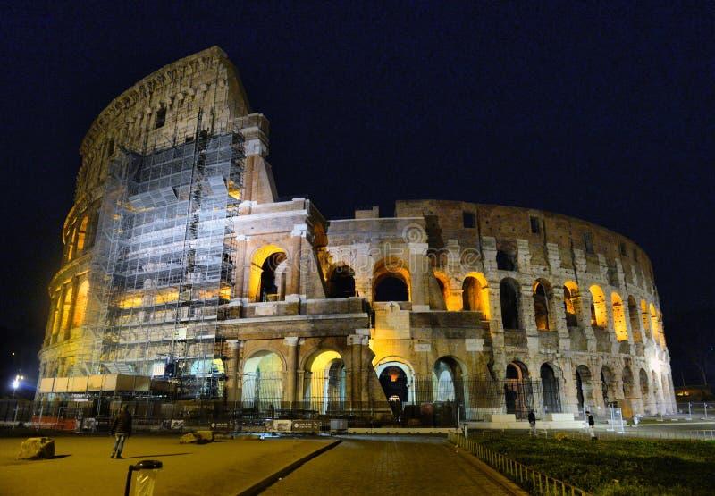 Ventanas viejas hermosas en Roma (Italia) Colosseum tambi?n conocido como noche de Flavian Amphitheatre In Evening Or imagen de archivo