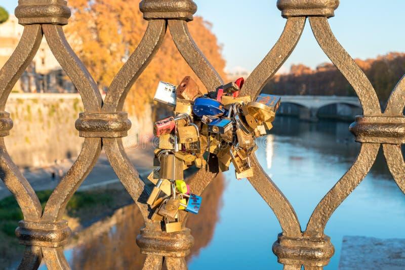 Ventanas viejas hermosas en Roma (Italia) 4 de diciembre de 2017: Cerraduras del amor en el puente en Roma foto de archivo libre de regalías