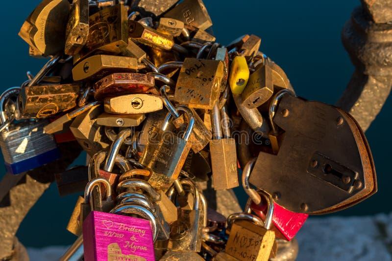 Ventanas viejas hermosas en Roma (Italia) 4 de diciembre de 2017: Cerraduras del amor en el puente en Roma fotos de archivo libres de regalías