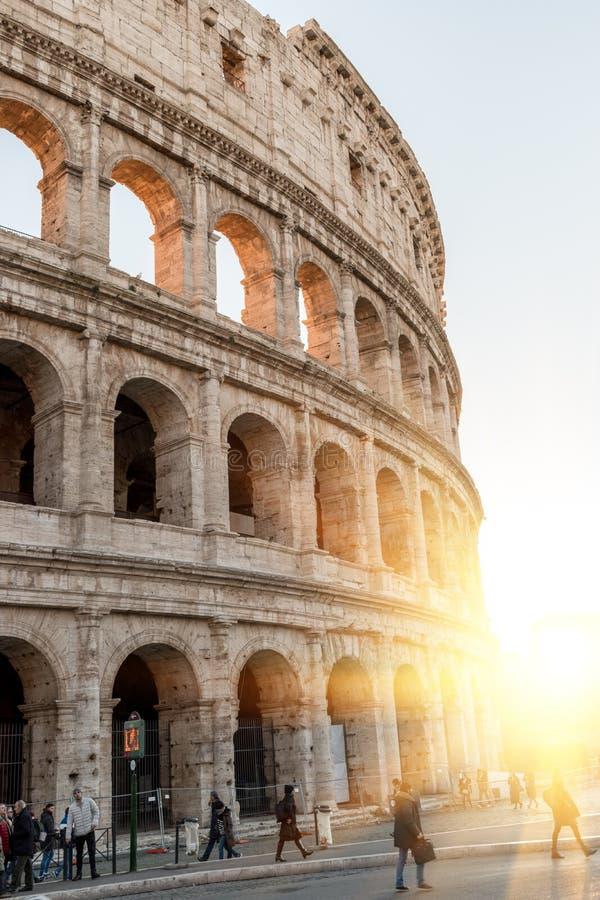 Ventanas viejas hermosas en Roma (Italia) 5 de diciembre de 2017: Colosseum en Roma Italia asoleado foto de archivo