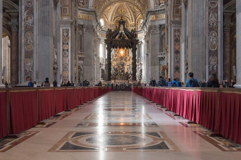 Ventanas viejas hermosas en Roma (Italia) 4 de diciembre de 2017: Interior de la basílica del ` s de San Pedro imagenes de archivo