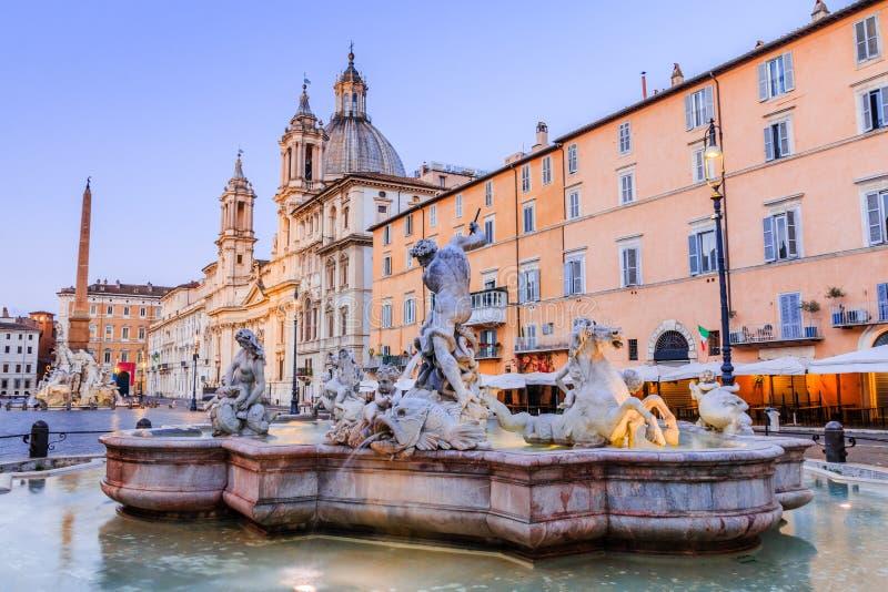 Ventanas viejas hermosas en Roma (Italia) Plaza Navona y fuente de Neptuno foto de archivo libre de regalías