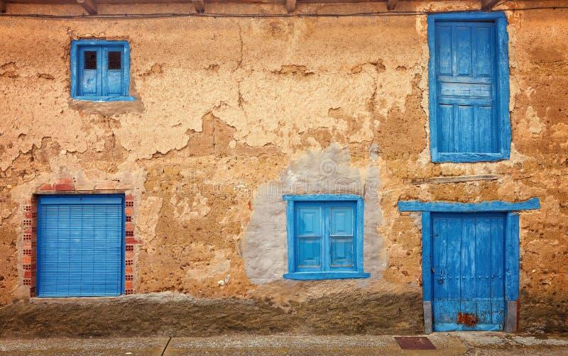 Ventanas y puertas coloreadas viejas, del pueblo típico de España imagen de archivo libre de regalías