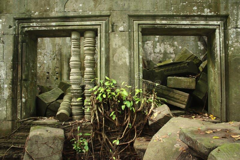 Ventanas y ruina arruinadas en el monumento de Camboya imagen de archivo