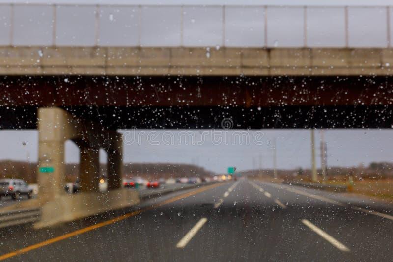 Ventanilla del coche cubierta con las gotitas de la lluvia, tiempo lluvioso durante estación de primavera Gota de agua sobre el v imágenes de archivo libres de regalías