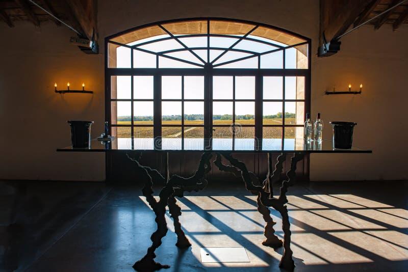 Ventanilla en Bodega de Burdeos con vistas a los viñedos imágenes de archivo libres de regalías
