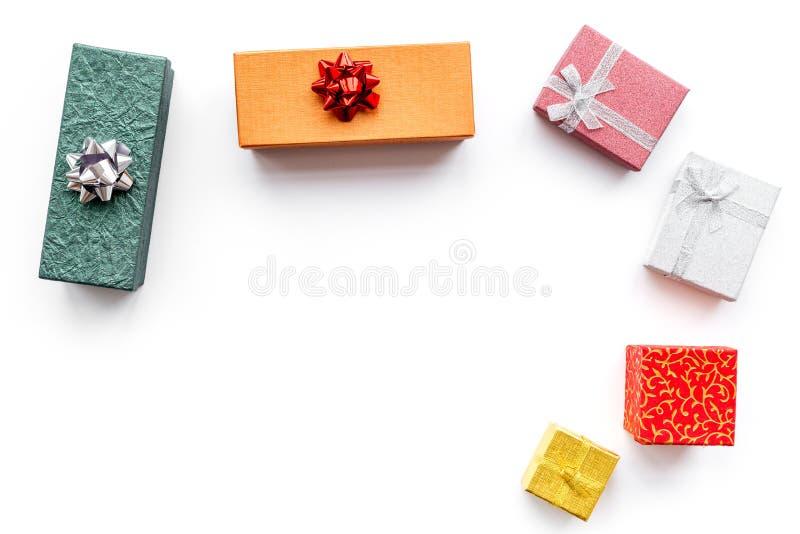 Ventas de la Navidad y del Año Nuevo 2018 para los presentes en el espacio blanco de la opinión superior del fondo de las cajas p imagen de archivo libre de regalías